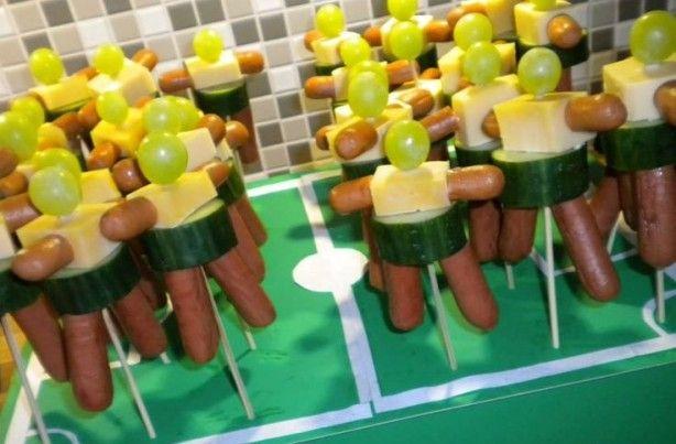 Stoere mannetjes van kaas, worst en fruit heerlijk voor tijdens de borrel tijdens een voetbal avond.