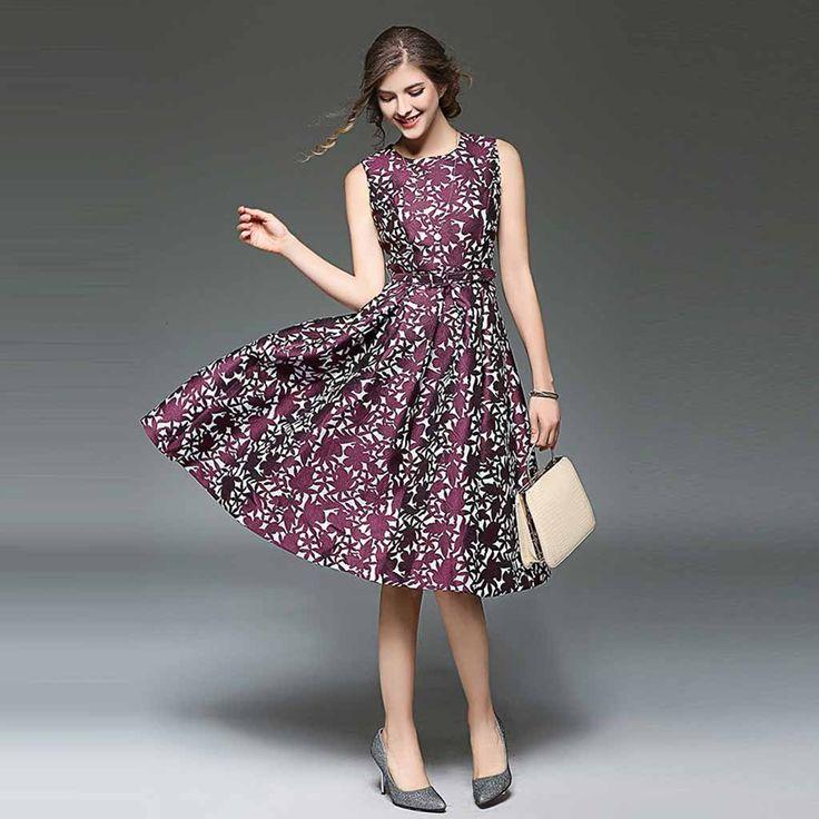 Vestido a la rodilla sin mangas con cuello redondo. Fabricado en poliéster, este vestido tiene un patrón floral simétrico y caida de volado con ceñido en cintura.