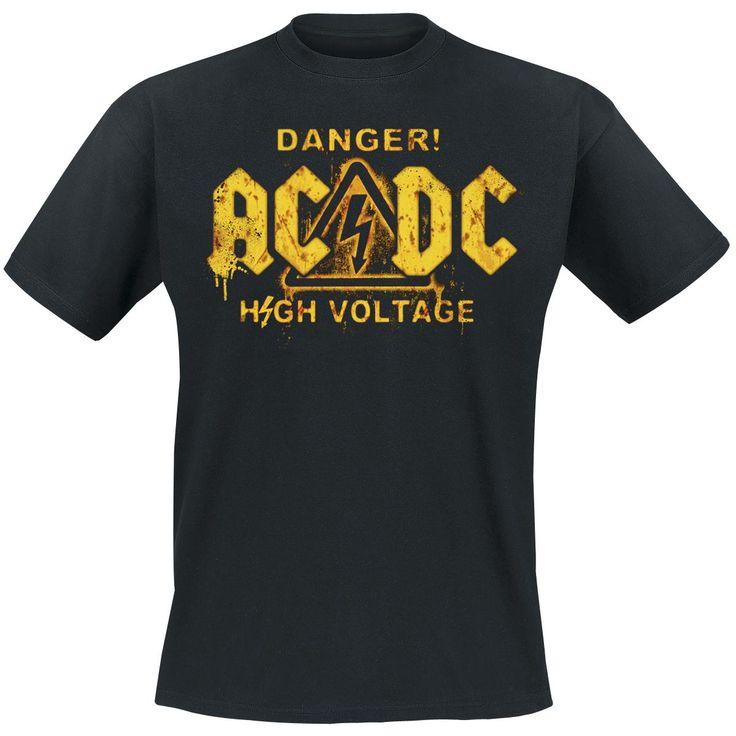 """#T-Shirt uomo nera """"High Voltage"""" #ACDC con tipico logo del gruppo e scritta """"Danger! High Voltage"""" stampati in giallo sul davanti. Sin dal 1973 con l'uscita dell'album """"High Voltage"""", gli AC/DC dominano la scena del Rock 'n' Roll. Album del calibro di """"Back In Black"""" e """"Highway To Hell"""" non possono mancare in una collezione di dischi che si rispetti."""