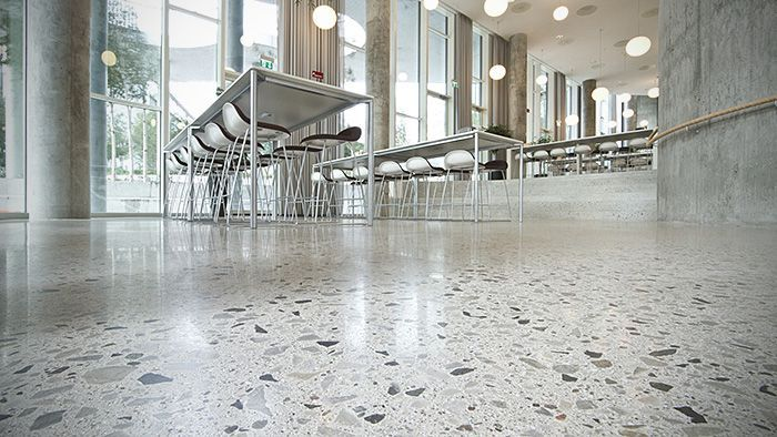 polierter beton mit sichtbarem zuschlag als büroboden mit