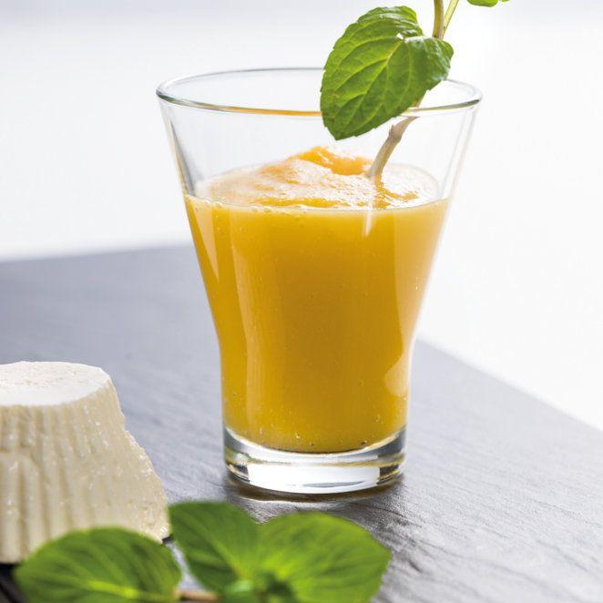 Das aus Indien stammende Getränk erobert auch hier Herzen im Sturm. Der Drink aus Mango und Joghurt erfrischt und schmeckt herrlich fruchtig.