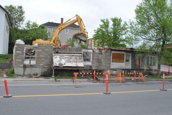 La propriété du 111, rue St-François est finalement en processus de démolition. Plusieurs gens, jugeant que le bâtiment posait des problèmes de sécurité