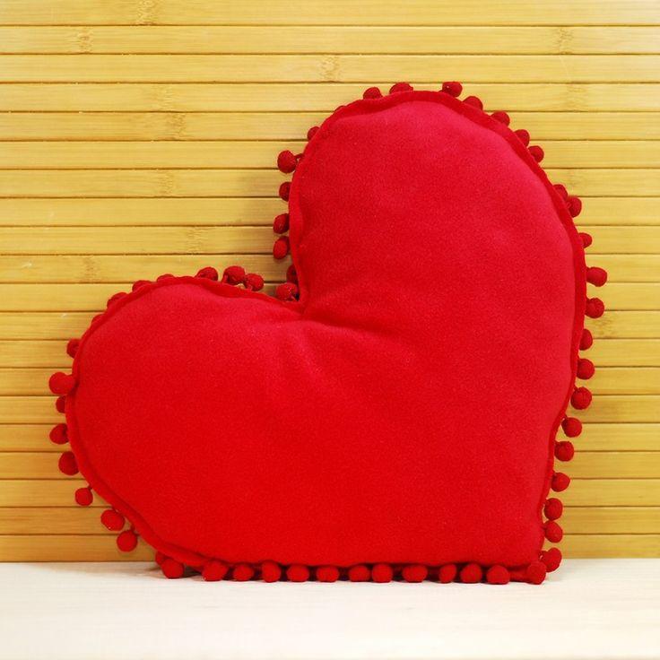 Ponponlu kalp yastık