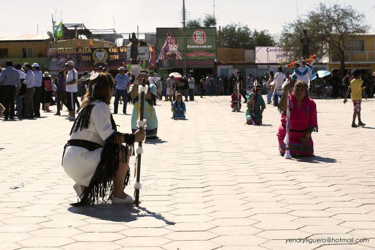 Baile Indio, danza con toda su fe sin importarles la indiferencia de toda la gente a su alrededor. la Tirana, 2014