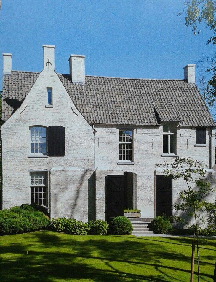 Kempisch, wit gekeimde oude stenen, oude dakpannen en geroneveerde muurankers