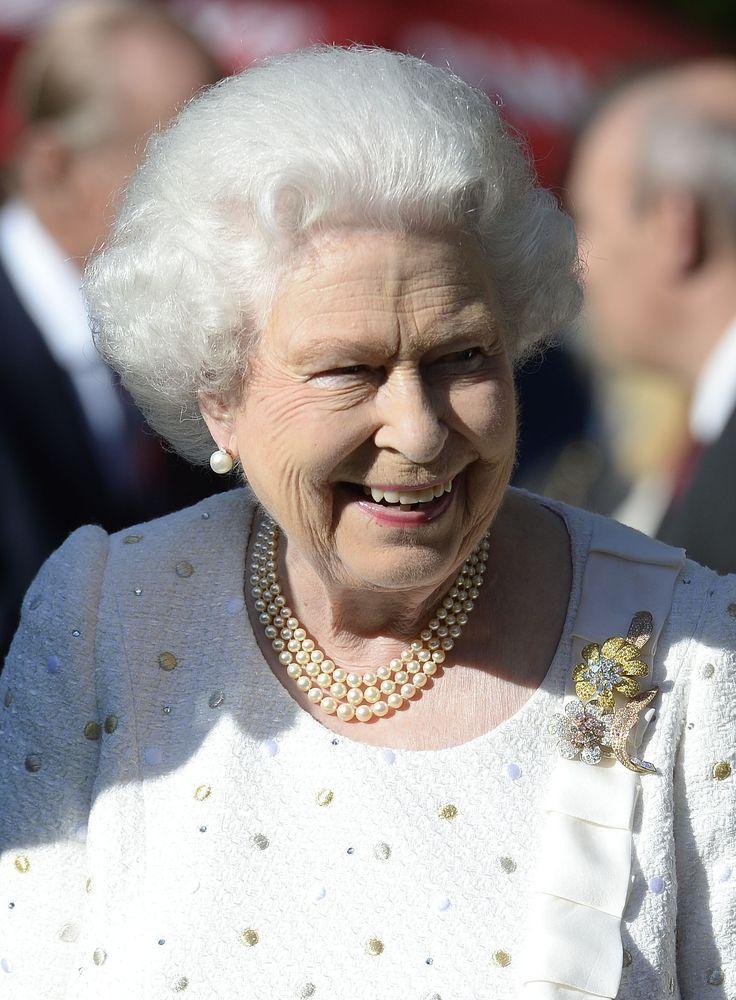 A Rainha compareceu em garden party na Embaixada Britânica durante visita oficial a Paris, à frente do 70° Aniversário do Dia D da Segunda Guerra Mundial, vestindo um look branco Angela Kelly (Foto: Getty Images)