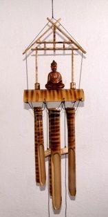 Een met de hand geschilderde bamboe Boeddha windgong afkomstig uit India.
