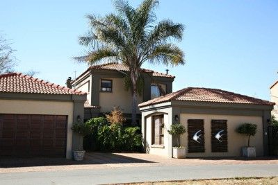 This lovely family home is nestled on the edges of the Golf Course within Westlake Country & Safari Estate at Hartbeespoort Dam.