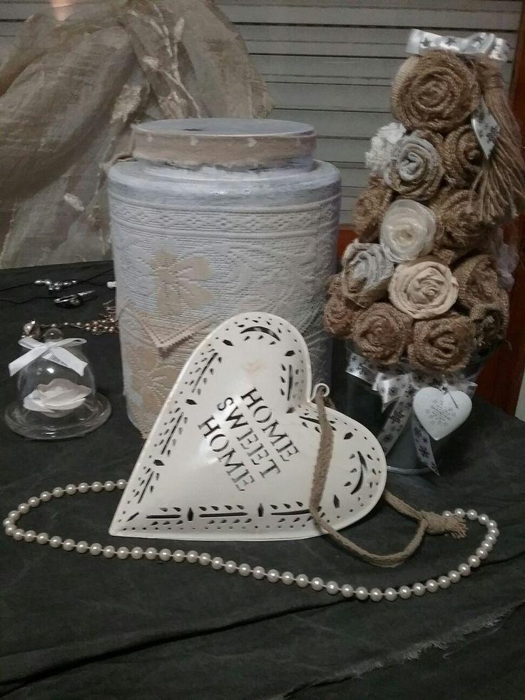 Non solo Natale! Albero realizzato con roselline di stoffa, cachepot in alluminio arricchito con nastro in raso e cuore di latta. Barattolo rivestito con trine antiche. Filo di perle.