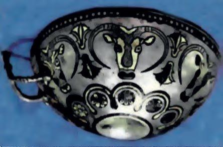 Ασημένιο κύπελλο από την Έγκωμη της Κύπρου (14ος αι. π.Χ.). Έχει ένθετη διακόσμηση από χρυσό και μία μελανή ουσία - νίελο -, που εικονίζει βουκράνια και άνθη λωτού. Έχει κατασκευαστεί στην Κύπρο ίσως από Μυκηναίους τεχνίτες. (Λευκωσία, Κυπριακό Μουσείο)