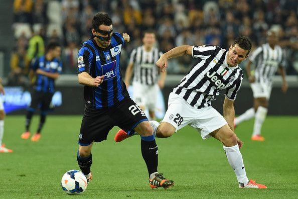 Simone Padoin (R) of Juventus tackles Davide Brivio of Atalanta BC during the Serie A match between Juventus and Atalanta BC at Juventus Are...