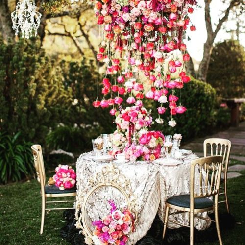 Cascading flowers for a bright Saturday morning! Image via @bellethemagazine.