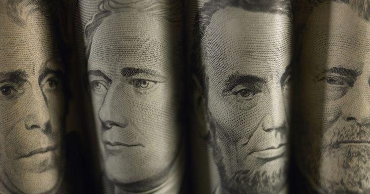 El efecto de las tasas de interés sobre el dólar. Las tasas de interés pueden motivar a los inversionistas extranjeros a mover inversiones de un país a otro y por lo tanto de una divisa a otra. Mayores tasas de interés en Estados Unidos, mientras todos los demás elementos permanecen constantes, impulsan un incremento en el valor del dolar. A la inversa, menores tasas de interés pueden causar que ...