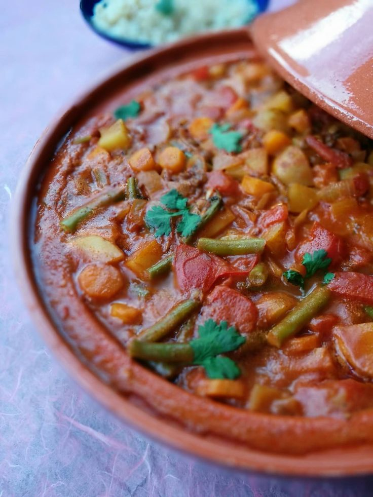 Deze tajine is erg lekker! Hij is heerlijk gekruid en smaakt exotisch. De saus van kokosmelk en tomaten is romig en vol en deze ingredienten combineren geweldig! 4 personen 60 minuten Benodigdheden: Voor de currypasta…