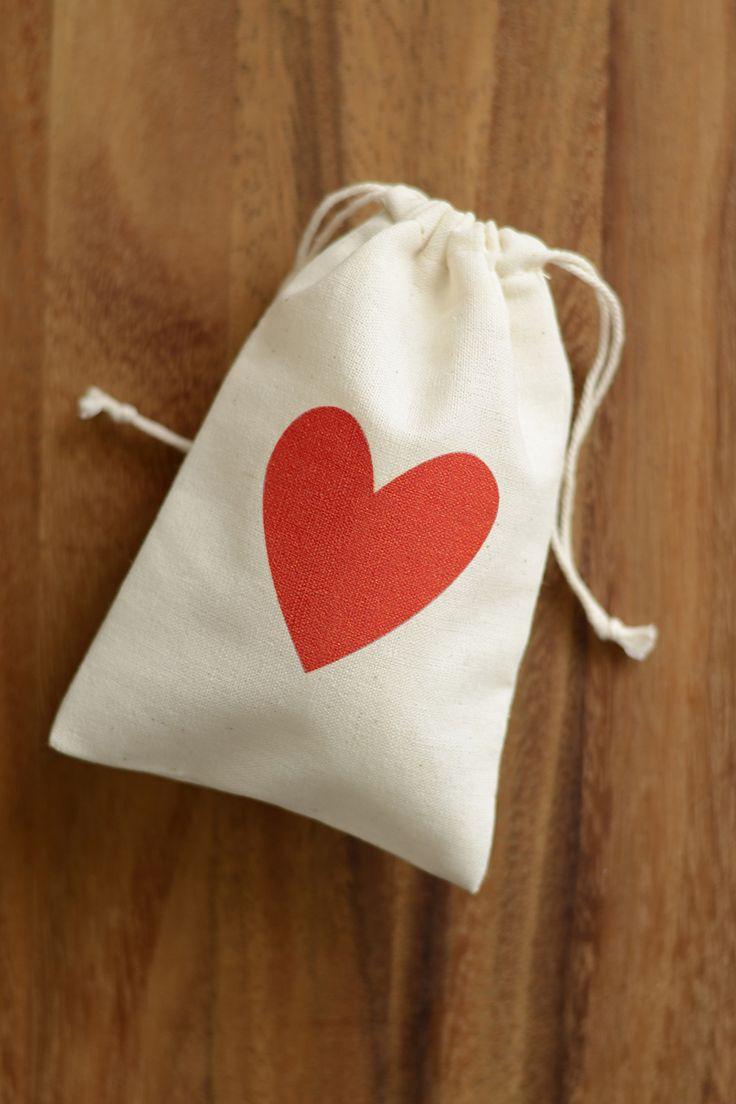 Red Heart Wedding favour bag, muslin favor bag, bomboniere bag, wedding thank you bag, small gift bag, heart pouch, wedding favour pouch, DIY wedding favor, DIY wedding bomboniere