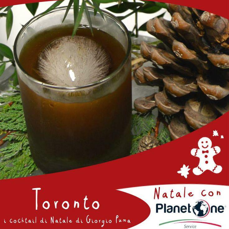 Toronto, i cocktail di Natale di Giorgio Puma!   Un cocktail dal gusto forte e particolarmente aromatico, che viene affumicato con del legno di quercia  che gli conferisce la percezione di esser seduti accanto ad un camino.  Da servire su un letto di aghi di pino che rimanda al profumo degli alberi di Natale e con una sfera di ghiaccio simile ad un addobbo natalizio. Ingredienti: 2 oz Bourbon Whiskey, ¼ oz amaro Fernet Branca, 1/4 oz sciroppo d'acero, 2 dash angostura bitter, twist d'arancio