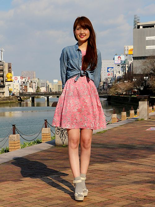 【キャナルシティ博多店スタッフ注目コーデ】 フェミニンなピンクワンピにデニムシャツを合わせて今年風に。デニムシャツは高い位置でハイウエストマークをすればスタイルアップ効果あり。 デニムシャツ (Color:ブルー/¥5,900/ID:227302/着用サイズ:XS) ワンピース (Color:ピンク/¥9,900/ID:227514/着用サイズ:0) その他:参考商品 スタッフ身長:163cm ■オンラインストアはこちら http://www.gap.co.jp/browse/subDivision.do?cid=5643 ■キャナルシティ博多店 http://loco.yahoo.co.jp/place/g-aJEmiaPzlPw/