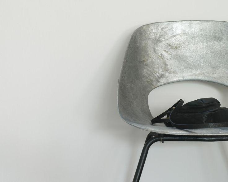 Rehaussez le blanc immaculé avec des accessoires métalliques. Cette entrée blanche minimaliste gagne en intérêt grâce à la chaise argentée aux reflets mats qui lui donne un look futuriste très clean.
