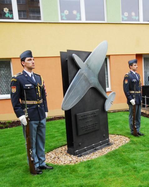 Pomník legendárního letce (Portál hlavního města Prahy)