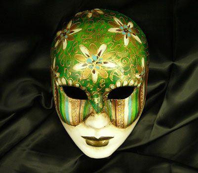 Volto Verde - Maschera realizzata in cartapesta. Il disegno è realizzato con colori acrili a mano libera, rendendola quindi assolutamente unica. Infine, la maschera è impreziosita dalla tecnica dello screpolato....