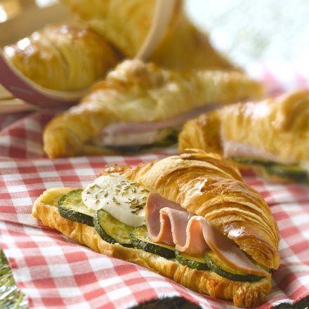 Croissants au jambon fumé, mozzarella et courgettes grillées