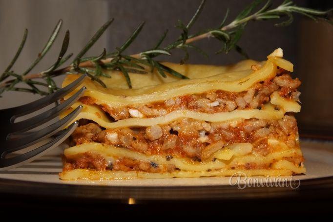 Lasagne 1 kgmäso mleté 4 ksparadajka - rajčina 400 mlpretlak paradajkový - rajčinový 1 kscibuľa 1 hlávkacesnak oregano sušené soľ korenie čierne mleté olej na bešamel: 70-80 gmaslo 50-70 gmúka hladká 500-600 mlmlieko cestoviny lasagne Na oleji si opražíme cibuľu a mäso. Pridáme paradajky dusíme. Ďalej pretlak, cesnak, oregano-povariť. Štvrť masla rozpustím, dám hl.múku  miešam metličkou a zalievam mliekom.  Bešamel, cestviny, mäso, opakujeme, na vrch bešamel+syr