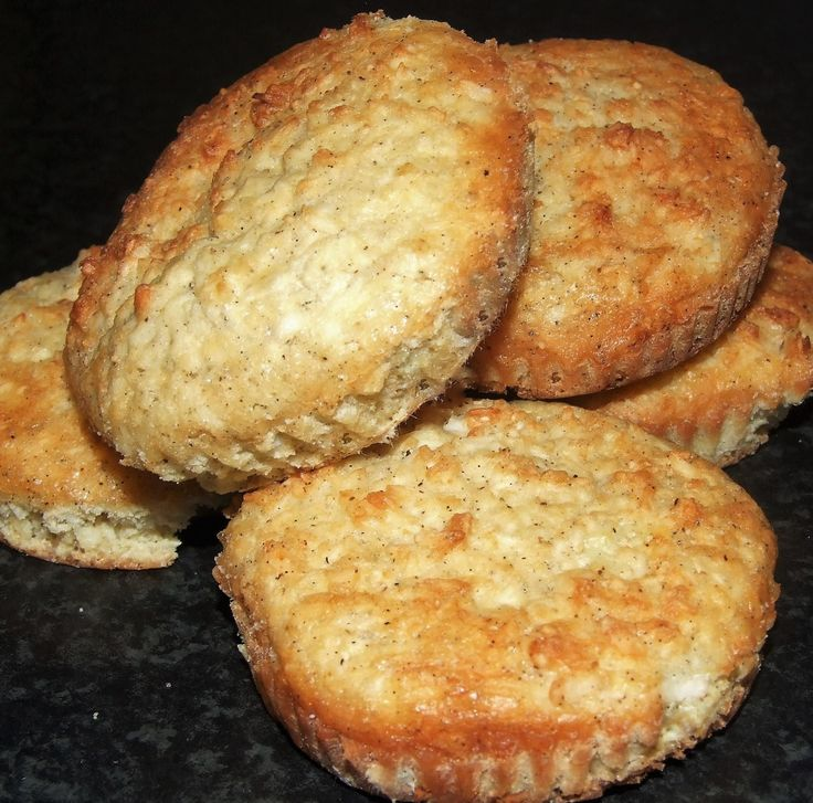 Kampanj! Sukrin melis, 400 gramVaniljpulver EKO, 10 gram Det är inte så ofta som jag jublar över någontingmed kokos i! Men i en smarrig smulpaj, muslieller i dessa ljuvliga muffins är det ju bara SÅ gott! :)Här kommer receptet!Recept på LCHF kokos & vaniljmuffins:200 gram smör250 gram kokosflingor3 krm vaniljpulver5 msk sukrinmelis5 äggSmält smöret i...