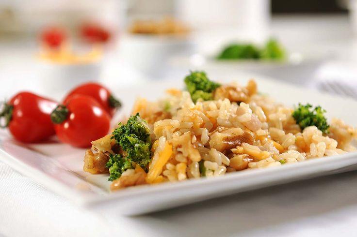 Arroz integral com brócolis, nozes e cheddar Cozinhe o brócolis em água fervente por alguns minutos, até ficar al dente e escorra em seguida  Em uma panela, refogue a cebola e o alho na manteiga, adicione as nozes picadas, o brócolis, o caldo de legumes, a pimenta e deixe refogar mais um pouco  Par