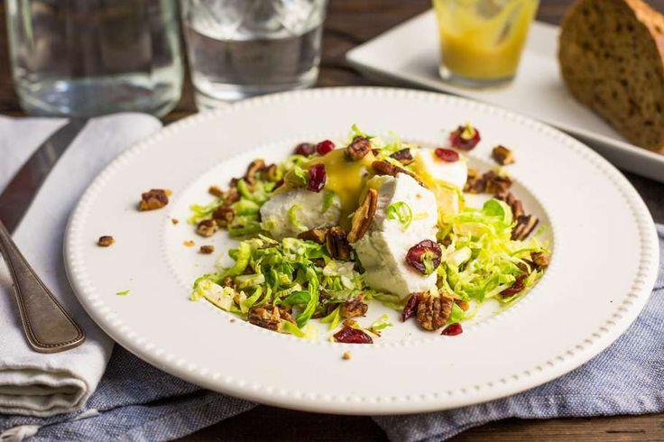 Recept voor winterse salade voor 4 personen. Met zout, olijfolie, peper, spruitjes, feta, cranberries, mosterd, pecannoten, azijn en honing