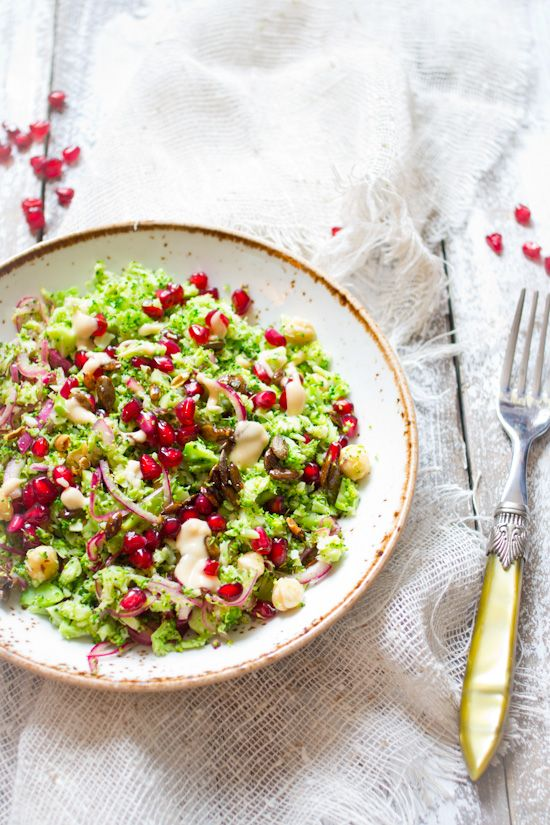 Broccoli granaatappel hazelnoten salade recept. Snel, gezond en kleurrijke salade. Als lunch of als bijgerecht. Ook lekker bij de BBQ in de zomer.