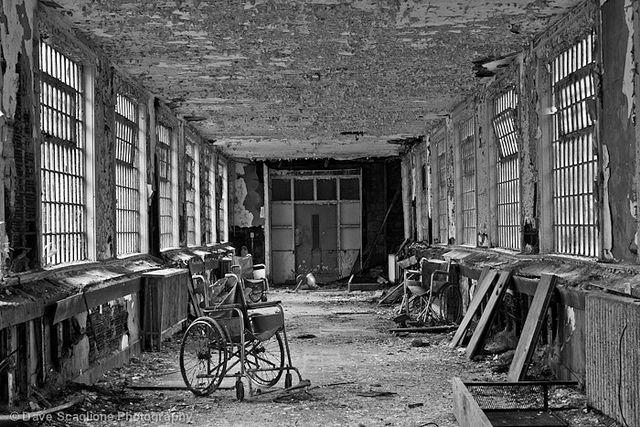 Incluye fotografías de archivo de asilos abandonados en Norteamérica.