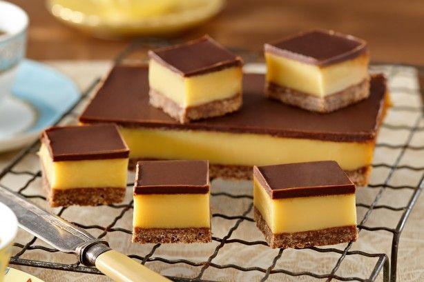 Καραμέλα και σοκολάτα, ο απόλυτος συνδυασμόςο οποίος απογειώνετε με μια υπέροχη βάση με κανέλα και ινδοκάρυδο. Μια πανεύκολη συνταγή για να απολαύσετε το