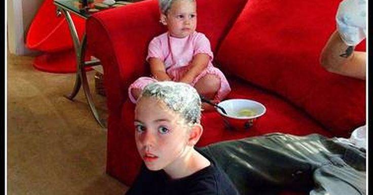 Como remover lêndeas do cabelo. Os piolhos são comuns entre as crianças de todas as idades. Isto acontece porque é altamente contagioso e fácil de espalhar. Quando você tem um caso de piolhos, tem mais do que apenas os insetos adultos vivendo no seu cabelo. Você também tem os seus ovos, que são chamados lêndeas. Essas lêndeas são minúsculas e anexam-se ao seu eixo capilar perto ...