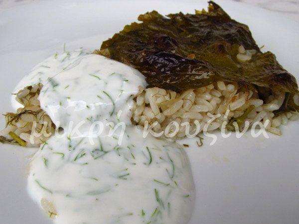 μικρή κουζίνα: Ντολμαδάκια στο ταψί με αρωματική σάλτσα γιαουρτιο...