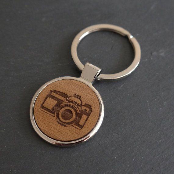 * S'il vous plaît noter que ce porte-clés est une seconde ce qui signifie qu'il a des imperfections mineures. Je suis le vendre à un prix réduit et il est non-refundable.* (Prix habituel: £18,00)  Un anneau à la main avec une illustration de la caméra gravés sur le disque en bois.  Ce porte-clés a été soigneusement à la main pour vous dans notre studio de Brighton et irait parfaitement avec nos boutons de manchette assortis appareil photo si vous voulez faire un ensemble.  Il a grand…