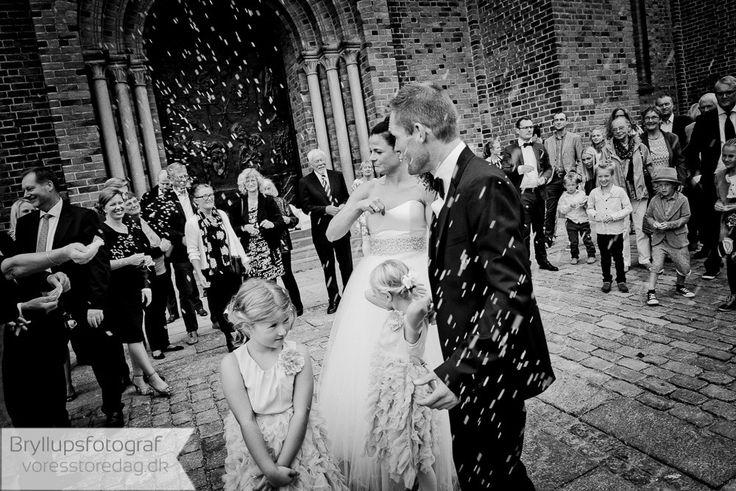 Analyse møde/Prøve foto:  Vi starter vores samarbejder, med at mødes noget tid før Jeres store dag, på den location hvor I gerne vil have taget Jeres billeder.  Her kommer vi til at lære hinanden at kende, og I vil prøve hvordan det er at stå foran en bryllupsfotograf. Vi tager det lille setup med til denne prøve bryllupsfotografering, og sammen gennemgår vi hvilke type billeder der skal tage hvor. Under gennemgangen tager vi en masse prøve bryllupsbilleder, som i får adgang til.