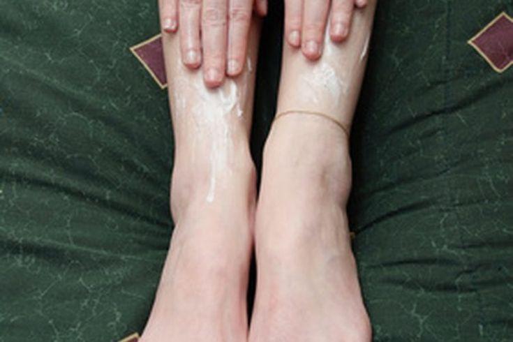 Cómo hacer crema para el cuerpo casera. La crema para el cuerpo suaviza y humecta las áreas ásperas de la piel. Más espesa que las lociones o crema, este emoliente de la piel tiene una consistencia de manteca blanda. Puedes comprar cremas para el cuerpo en varias tiendas de fragancias, pero hacer ...