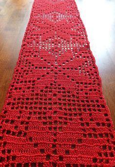 Prezzo ridotto da $44,99 a $34,99  Ho uncinetto questo corridore tabella modellata a mano / tovaglia in cotone filo in rosso.  Questo corridore della tabella sarà un accento perfetto per la vostra tavola. Decorazione della casa perfetta per la stagione invernale o meraviglioso come un regalo per qualcuno di speciale.  ♥ ♥ ♥ ♥ ♥ Il corridore della tabella misura 150 x 17cm (59 x 6.7 inches).  ♥ ♥ ♥ ♥ ♥ SPEDIZIONE GRATUITA ✑Items vengono spediti entro 1-3 giorni lavorativi dopo il pagamento…