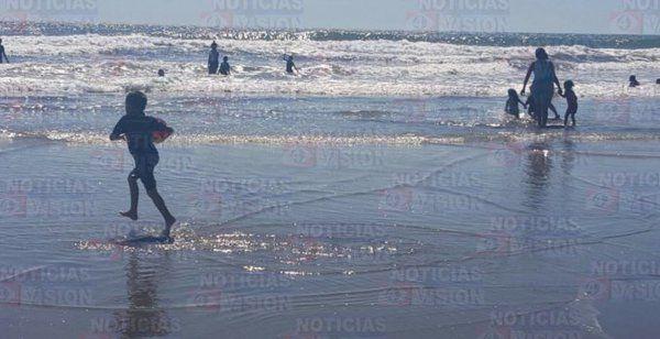 Familias disfrutan el primer fin de semana del 2016, en la playa ...