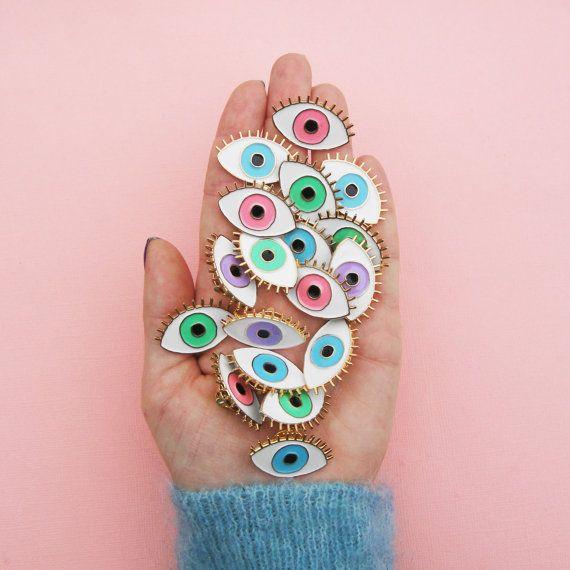 *** EDITION LIMITEE ***  Pins oeil bleu porte bonheur! Réalisés en édition limitée en métal finition or brillant, et émaux colorés blanc, violet et