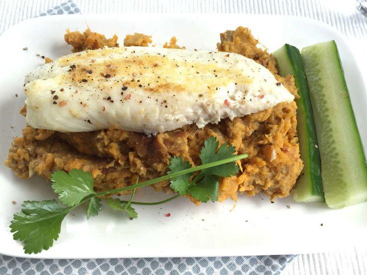 Zoete aardappel aubergine stamppot met vis is makkelijk te maken met weinig ingrediënten. De stamppot wordt op smaak gebracht door baba ganoush.