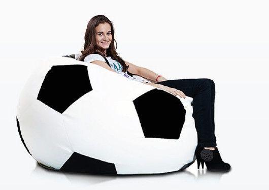 Voetbal zitzak leatherlook Ø 120cm wit/zwart De voetbal zitzak heeft door de leatherlook stof een luxe uitstraling en een geweldig zitcomfort. De zitzak is verkrijgbaar in 3 formaten.