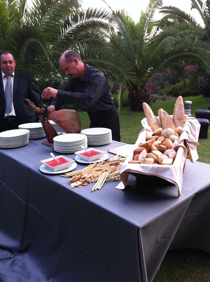 Pan con tomate y jamón, con nuestro experto cortador. Boda de F.