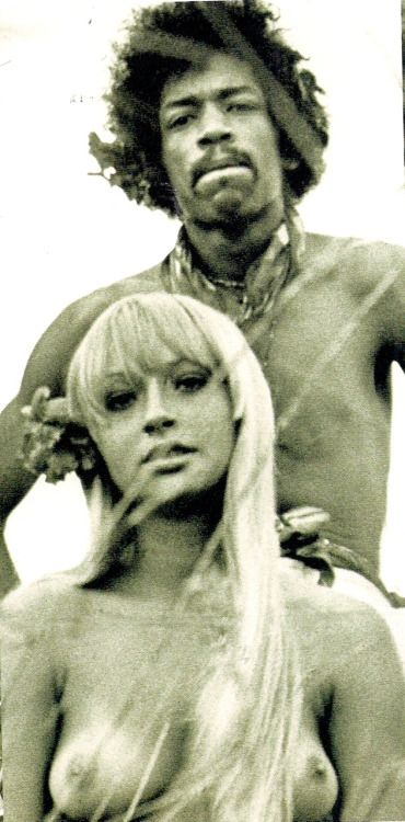♡♥Jimi Hendrix enjoys being with a topless blonde at Woodstock in 1969 - click on pic to see a larger pic♥♡