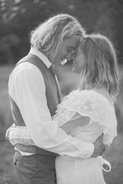 Svartvitt foto på brudpar i vintage kläder. Bröllopsfotograf är Tove Lundquist, verksam i Skåne.