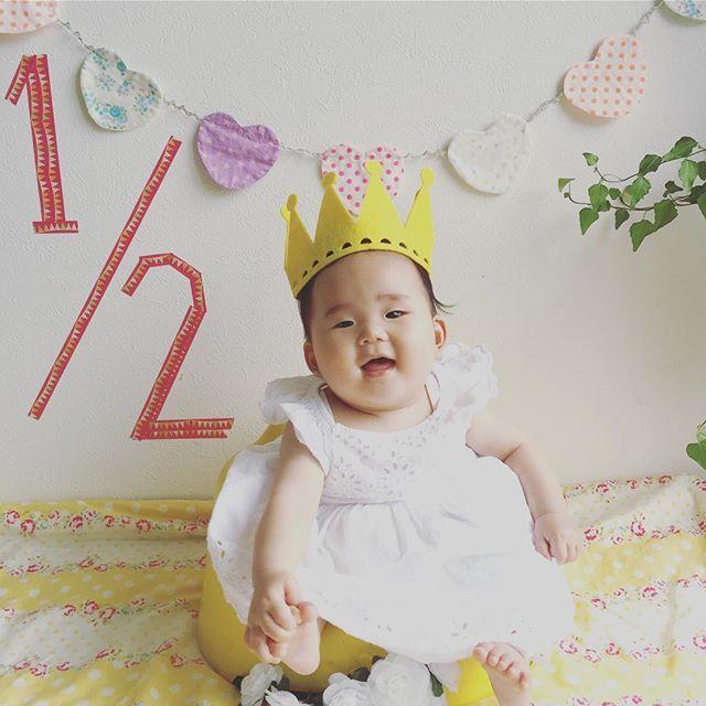 れいちゃん、ハーフバースデーおめでとう🎉🎀🎁👏💕 何度も出る出る詐欺(前駆陣痛)にあい、3人目なのに何度か病院に駆け込んだなー。 よく寝てよく飲む育てやすい赤ちゃん。お姉ちゃんたちに毎日たっぷり可愛がってもらって、声を出してケラケラ笑う。 赤ちゃんって、こんなに可愛かったっけ😂💕 これからもすくすく成長してね♡  #ハーフバースデー  #誕生日 #6ヶ月 #赤ちゃん #三姉妹 #halfbirthday #6months #baby #myangel  #3sisters