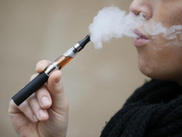 """Utilizados para que fumadores larguem o vício, os cigarros eletrónicos, também conhecidos como """"e-cigarros"""", também podem prejudicar os pulmões. Testes realizados com mais de 50 tipos de cigarros eletrónicos encontraram uma substância química responsabilizada por uma doença incurável chamada popularmente de """"doença pulmonar da pipoca"""". A doença pode causar cicatrizes nos pulmões, falta de ar e tosse, exigindo um transplante de pulmão."""