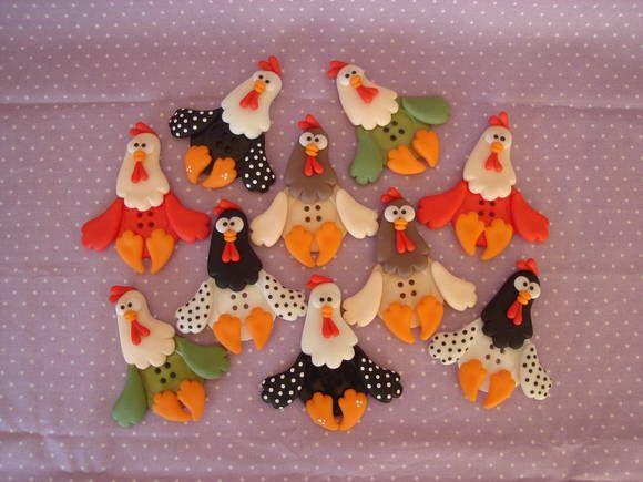 Apliques em biscuit botões galinhas. Usados para decoração em geral de caixas, potes, como ímã de geladeira, prendedor de cortina de cozinha, etc... Altura aproximada: 8 cm. Cores a escolher. Pedido mínimo: 6 unidades. Frete por conta do comprador. R$ 3,50
