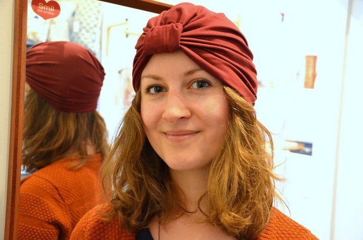 Jeg har lavet denne turban til en kær ven af familien, som desværre har fået konstateret kræft. Da de tørklæder til kræftramte, man kan købe ofte er vildt dyre eller bare overdænget med tilfældig print, var det lidt tiltrængt med lidt ensfarvet hovedbeklædning. NB: Hvis ikke man har overskud til at sy en selv kan …