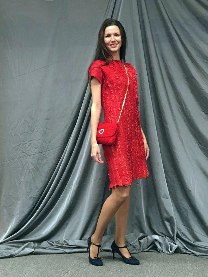 ХРОНИКА ВОЙЛОЧНЫХ БОЕВ 2017 Елена Устинова - дизайнер с ярким, узнаваемым стилем и удивительно легким подходом к войлоку. Ассистировала Ирина Цыганкова - мастер по войлоку, батику, и эко/медиум крашению.Здесь воплощался дерзкий, яркий, страстный образ 'девушки в красном' - платье в технике 'нуновойлок' с интересной фактурой + клатч + комплекты украшений в подарок организаторам и ведущей.